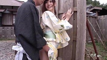 ぷっくらとした色っぽい唇が魅力なスレンダー美女の有賀ゆあちゃんが浴衣姿で一本道に初登場!   1