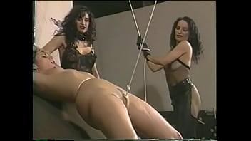 海外 女王様の許可を得ないで奴隷女同士でHした事のお仕置きに強制コブ股縄引き上げ責めをする