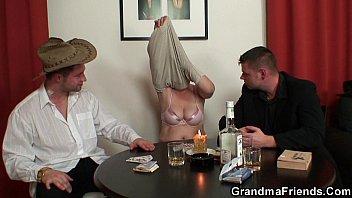 Strip poker leads to old threesome Vorschaubild