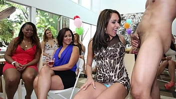DANCING BEAR - Ava Taylor, Sasha Woodhaven,  Avava Kelly and More At Wild CFNM Party 3分钟