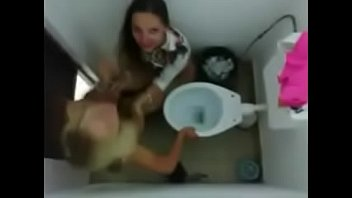 Caiu na Net o vídeo das novinhas brincando no banheiro