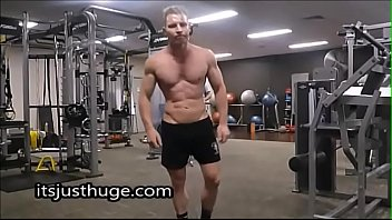 Vegetarian Bodybuilder Zak Rogerz Public Gym Flex - onlyfans.com/zakrogerz