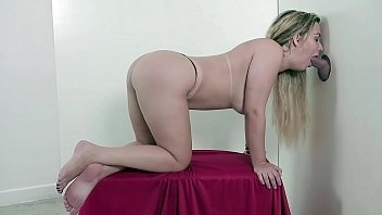 A linda Lilith mamando gostoso, enfiando tudo na xoxota e masturbando com seus p&eacute_s perfeitos na nossa Cabine Erotica! TRAILER