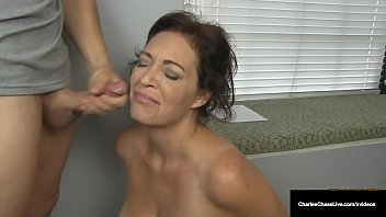 Husband's Employer Gets Milf Charlee Chase To Suck His Cock! 8分钟