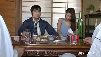 Japan หนุ่มแว่นแอบเย็ดแฟนตามมาทานข้าวกับครอบครัว