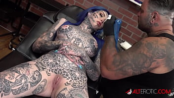 Australian beauty Amber Luke gets a new nose tattoo 10分钟