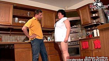Fette hässliche deutsche hausfrau mit natur titten fickt in der Küche