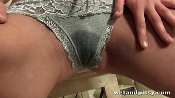 Teen Pisses All Over Her Kitchen Table 28分钟