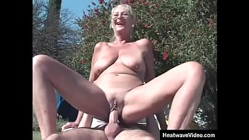 Old lady fucks in backyard by the pool 10分钟