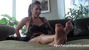 Worship Stefania Mafra's sexy feet thumbnail