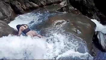 Lilyan se da un chapuzón muy atrevido al borde de una cascada