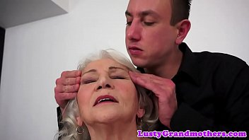 Cocksucking granny tittyfucked by big cock 6分钟