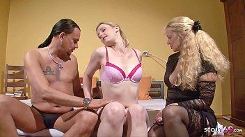 Reife Ehefrau überrascht ihren Mann mit  junger Teen Hure und guckt zu wie er sie fickt - German Threesome