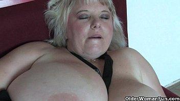 Big mature mom with huge tits fucks herself porno izle