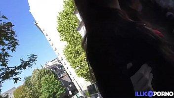 Nora, une brunette accro au sexe montre son corps dans la capitale