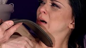 随着诱人的爱丽丝·金(Alice King)受到严厉对待,她的unt子被粗暴地上厕所。 卡住的门的价格。 她必须为自己的自由操好。第3部分。