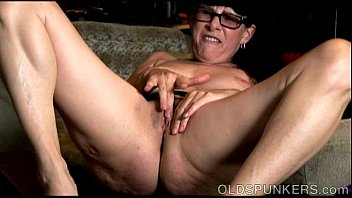 Sexy old spunker thinks of you as she fucks her juicy pussy 11分钟