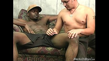 Hung black men sharing a horny white dude 8分钟