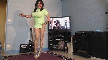 milf danse sans soutif sous sa robe