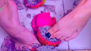 Putinha Lambuzada Dos Pés à Buceta, Brincando Com Frutas E Leite Condensado, Gozando Até Se Mijar (MESSY FETISH, FOOT CRUSHING & SQUIRT) - Bia Romanxxx