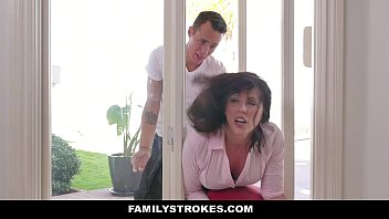 FamilyStrokes - MILF (Amber Chase) Stuck & Fucked By Both Stepsons 12分钟