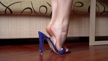 Feet In High Heels Closeup, Dangling And Dipping 2分钟