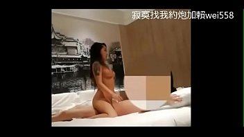 少婦寂寞的時候喜歡自慰 水弄濕了大片床單卻沒有男人滋潤約炮加賴cw588