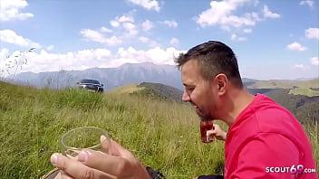 Echtes junges Paar treibt es auf der Wiese im Urlaub in den Alpen - German POV