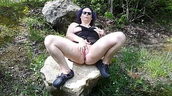 Se Masturbeaza Singura Cu Degetul In Pizda In Parc Pe O Piatra