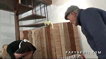 Porno con perros - Papy recoit une bonne pipe de femme de menage qui se fait bourrer la chatte