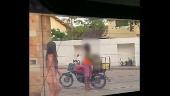 Esposa safada recebeu o entregador de água totalmente nua na porta de casa Praia de Pipa (RN) Luana Kazaki 2 min