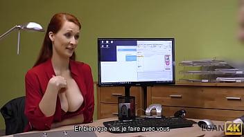 LOAN4K. Rousse a des relations sexuelles spontanées au bureau avec un agent de crédit