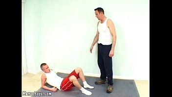 Photo jeune sportif gay nu Young wannabe sportsman gets shagged by his coach