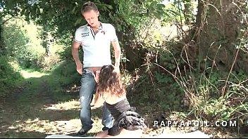 Papy Se Fait Sucer Pendant Que La Mature Se Fait Sodomiser En Pleine Nature