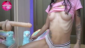 可爱美女玩猫巨大的假阳具 - 特写