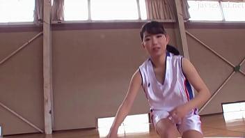 バスケットボール部の女子選手がコーチにいやらしい指導を受けます