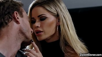 Hot employee Ryan Mclane went to her boss house and met his boss seductive wife Jessa Rhodes,he cant resist her charm and start fucking her pussy. 6分钟