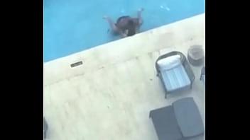 Dominicana en piscina