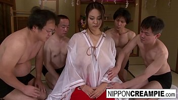 Japanese girl with huge cans takes on 4 cocks 7分钟
