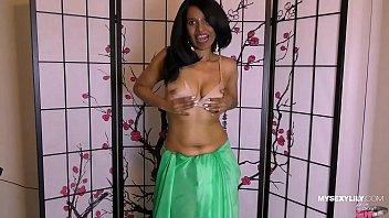Horny Lily Indian POV Pornstar In Green Sari Dirty Talking With Fans Vorschaubild
