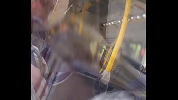 Sem calcinha no onibus... provocando ao passageiro do lado e deixando ele tocar a ppkinha .... quer ver o video completo??... onlyfans: bolivianamimi