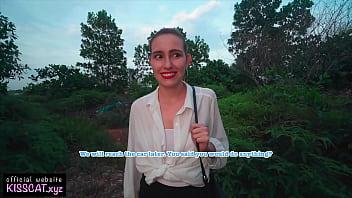 Молодая девушка заблудилась в центральном парке и готова потрахаться с публичным агентом