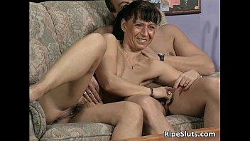 Ugly mature slut sucks two cocks 40分钟