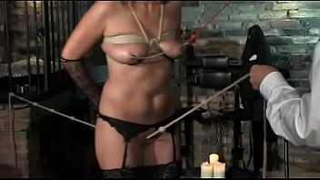 海外 くいこみコブ縄渡り調教を受けるマダム コブ縄がパイパンマンコを裂いて擦っていく・・