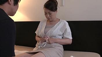 先っぽまでは挿入させてくれる母とのギリギリ相姦 佐倉由美子