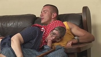 He gets up and, taken by the desire for pussy, slams his grandmother on the sofa 27分钟