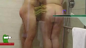 Follandole el culo en la ducha GUI0069