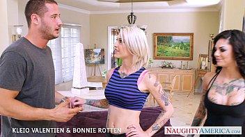 Sexy babes Kleio Valentien and Bonnie Rotten fuck in threesome porno izle