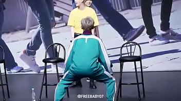 Coreano rebolando em público sensualizadamente by: Dani