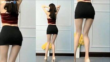 Gái Hàn Quốc nhảy mặc áo dây váy ngắn